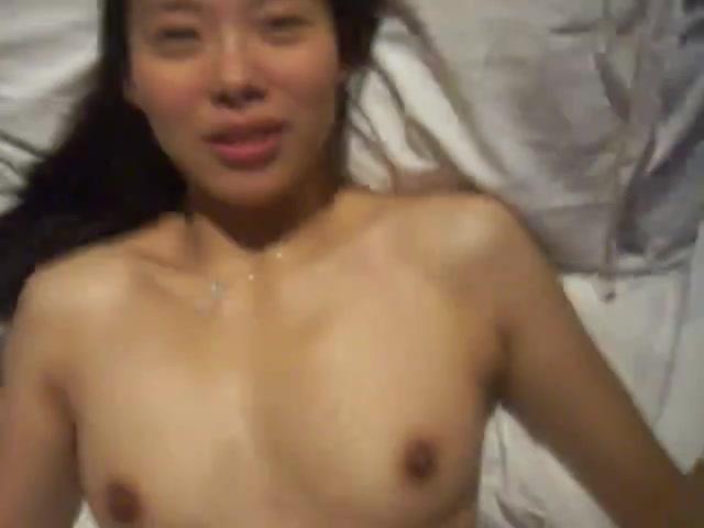 Корейская жена в колготках в домашнем видео начинает интим с пламенного минета