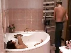 В ванной разгорелся домашний секс с ненасытной подругой и её ласковым кавалером