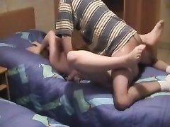 Любительское порно втроём с домохозяйкой, обожающей сосать два члена