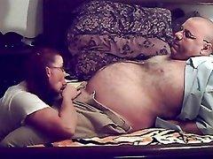 Молодая студентка в очках и зрелый толстяк встретились для любительского секса