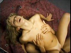 Блондинка в домашнем видео сосёт огромный член парня и ловко садится сверху