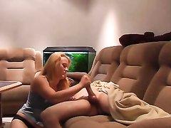 Лондонская блондинка в видео умело дрочит член перевозбудившегося гостя