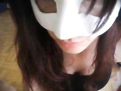 Итальянка в маске в любительском порно отсасывает член, сохраняя анонимность