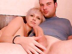 Блондинка выполнила любительскую мастурбацию перед анальным сексом в позе сверху