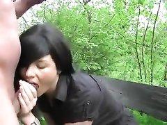 Нет ничего лучше анального любительского секса с молодой брюнеткой в заброшенном парке