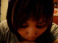 Домашний отсос члена от первого лица в домашнем видео от смуглой азиатки