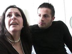 Фигуристая и зрелая француженка жаждет домашнего секса с молодым поклонником