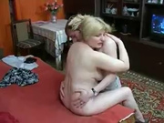 Зрелая русская домохозяйка в любительском порно попросила молодого соседа лизать клитор
