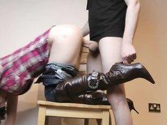 Брюнетка из Вены спустив джинсы бесплатно отдалась в киску ненасытному кавалеру
