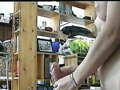 Загорелая работница в кабинете прыгает на секс игрушке волосатой киской