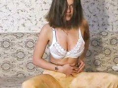 Русская модель с большими сиськами снимает нижнее бельё в любительском видео