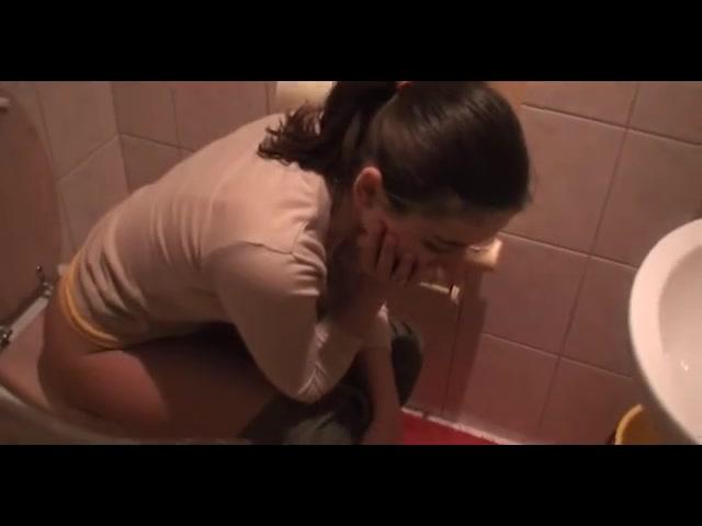 Любительское анальное порно с горячей и резвой брюнеткой после приёма ванной