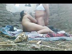 Любительское арабское порно втроём под открытым небом с двумя чуваками