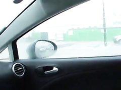 Любительское видео с женской мастурбацией в салоне автомобиля от дамы в джинсах