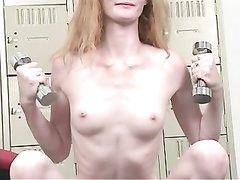 Рыжая шалунья в домашнем видео дрочит в спортзале и трахается с фаллосом