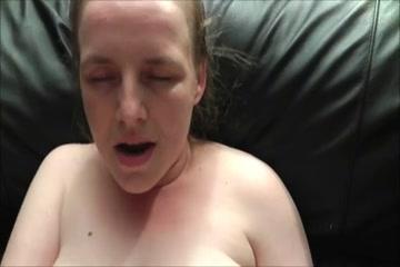Толстая британка с дряблым телом в домашнем видео балуется с вибратором и трахается в киску