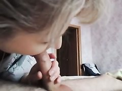 Молодая русская блондинка в любительском порно от первого лица работает ртом