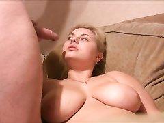 Русская блондинка с большими сиськами в домашнем видео ждёт сперму от мужа