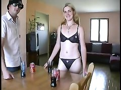 Худая и зрелая блондинка в нижнем белье поклонница любительского анального секса