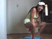 Спортивная азиатка желает кончить, прыгая лихо верхом на секс игрушке