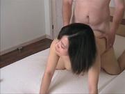 Сладкая азиатка встала на карачки для межрассового секса с белым туристом