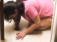 Домохозяйка купила секс игрушку и установив в кухне на полу сосёт и садится киской