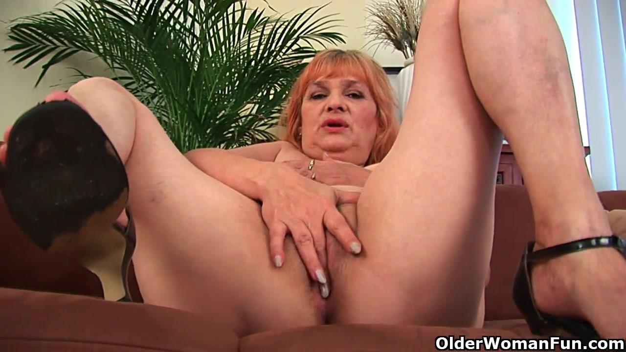 Рыжеволосая зрелая леди в любительском видео дрочит и шалит с вибратором