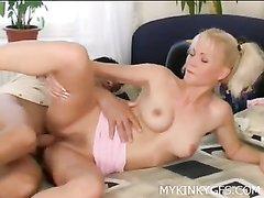 Домашний секс с очень красивой блондинкой, делающей лучший минет в мире