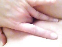 Мастурбация бритой киски в любительском видео крупным планом от студентки