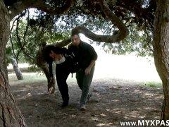 Брюнетка в парке бесплатно взяла в рот и сделала глубокую глотку пикаперу