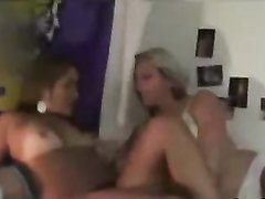 Групповое домашнее видео с женой и её озабоченной подругой, севшей на лица парня