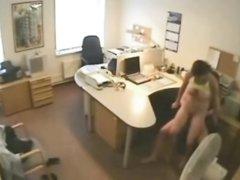 Скрытая камера снимает домашний секс парочки похотливых сотрудников в офисе