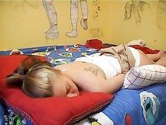 Красотка лёжа балдеет от домашней мастурбации и кончает в ходе записи видео