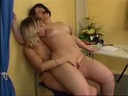 Любительское порно зрелой преподавательницы и молодой студентки со страпоном