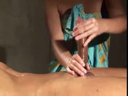 Опытная массажистка для любительского порно дрочит с маслом большой член
