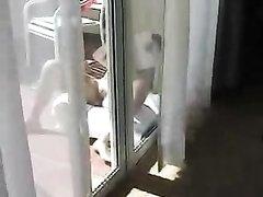 В любительском видео за голой красоткой тихонько подглядывают с камерой