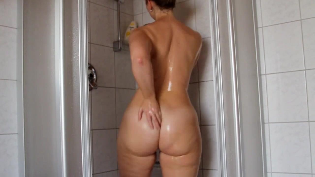 Видео как зрелая женщина голая убирается дома