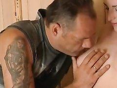 Грудастая модель с бритой киской в домашнем видео трахается в сауне с банщиком
