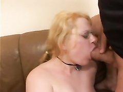 Очкастая блондинка в любительском порно шалит с фаллосом и сосёт толстый член