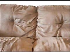 Страстная жена предложила любимому секс на диванчике с записью на камеру