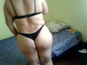 В домашнем порно неизвестная зрелая толстуха в нижнем белье мастурбирует