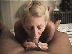 Минет от первого лица в домашнем порно от зрелой француженки блондинки