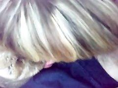 Голодная зрелая блондинка в жажде орального секса жадно отсосала член