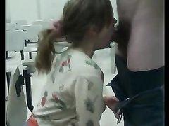 Рыжая жена в любительском видео жадно высасывает из члена мужа всю сперму