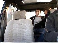 Смуглянка в чулках согласилась на домашний секс втроём с таксистом и его другом