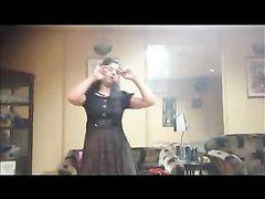 Любительский стриптиз горячей брюнетка с онлайн раздеванием на вебкамеру до нижнего белья