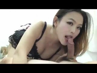 Китаянка в любительском видео от первого лица умело отсосала член клиента