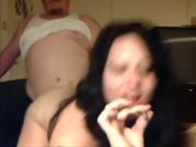 Жирная брюнетка в ходе домашнего секса стоит на карачках и сосёт член до спермы в рот