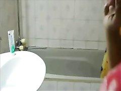 В домашнем индийском порно грудастая красотка с круглой попой моется в ванной
