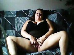 В любительском видео толстая красотка с огромными сиськами мастурбирует клитор